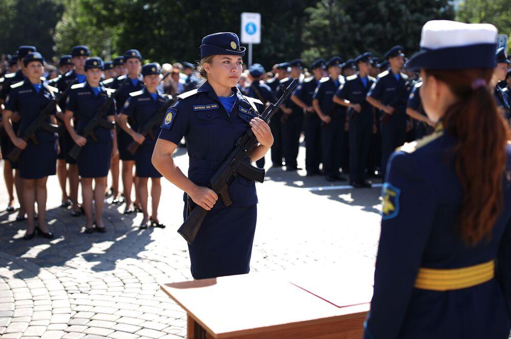 Cadetes da Escola Superior de Pilotos da Aviação Militar A. K. Serov, em Krasnodar, durante a cerimônia de juramento