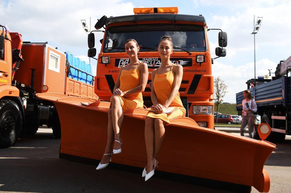 Modelos em cima de um caminhão de limpeza KAMAZ durante a exposição de veículos Comtrans 2019 em Moscou, Rússia