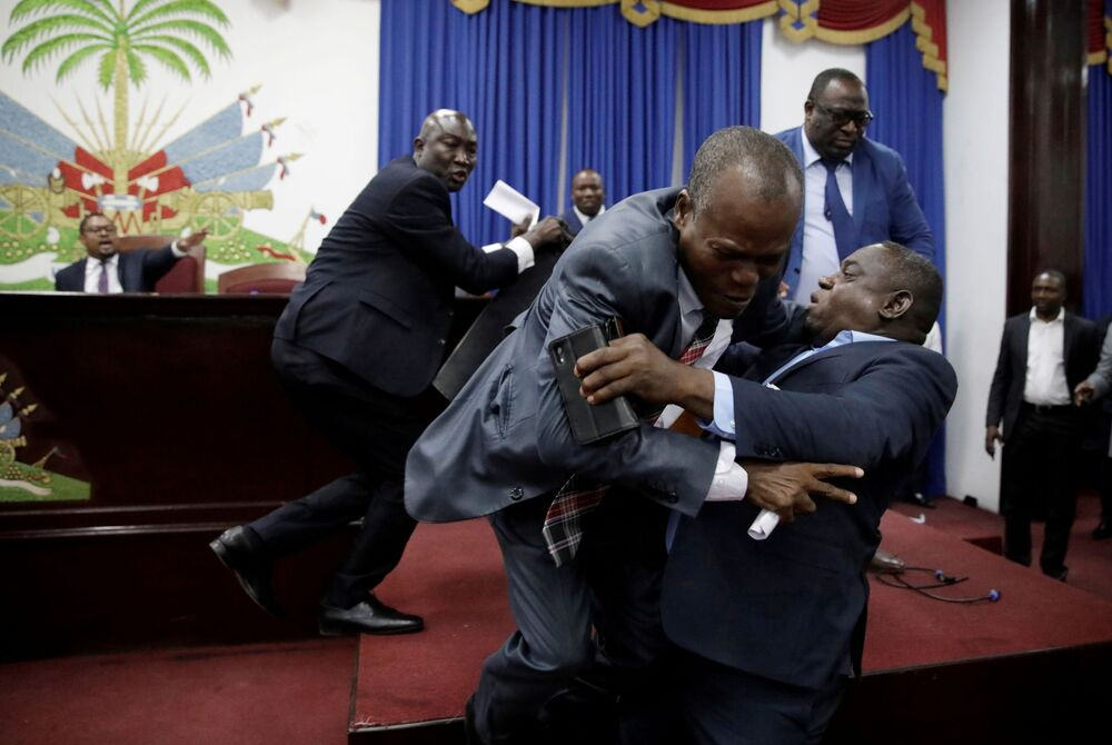 Briga entre parlamentares haitianos antes de início de uma sessão parlamentar na capital do país, Porto Príncipe
