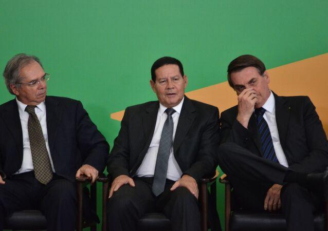 O presidente Jair Bolsonaro acompanhado de seu vice, Hamilton Mourão, e dos ministros Onyx Lorenzoni (Casa Civil) Paulo Guedes (Economia) durante cerimônia de lançamento do portal de serviços online do governo, no Palácio do Planalto, em Brasília, no dia 22 de agosto de 2019..