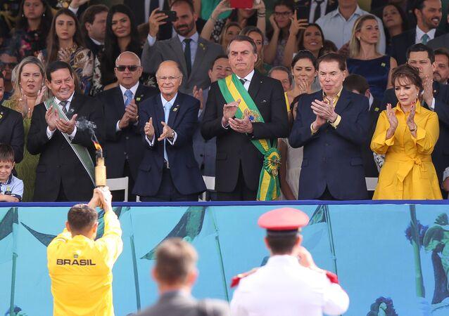 Jair Bolsonaro assiste ao desfile de 7 de Setembro ao lado de Edir Macedo e Silvio Santos em Brasília
