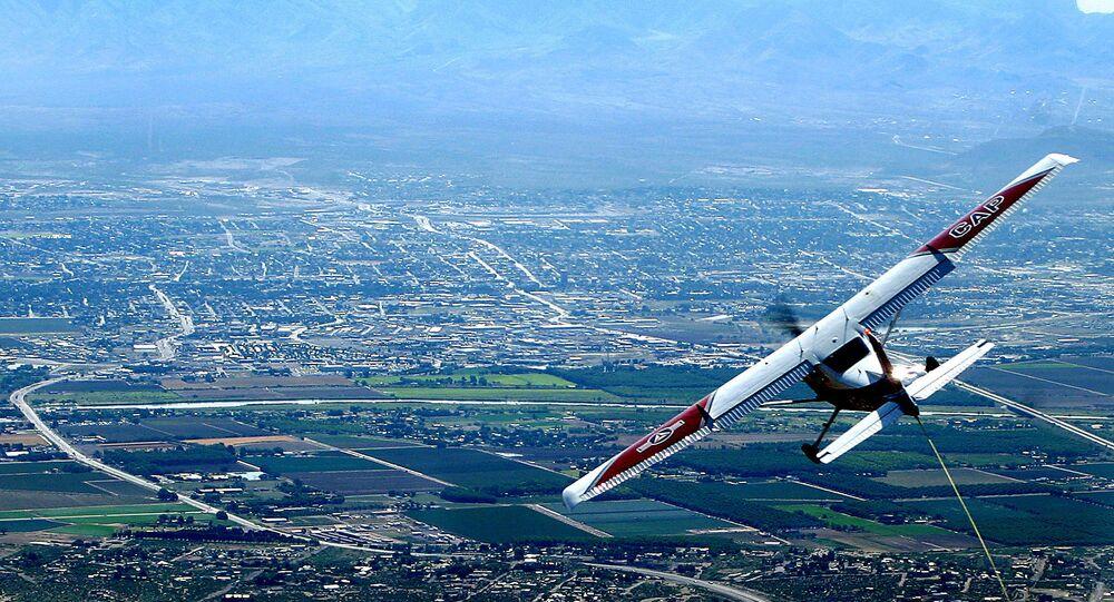 Cessna 182 voa sobre o Aeroporto Internacional Las Cruces, no estado americano de Novo México (imagem referencial)