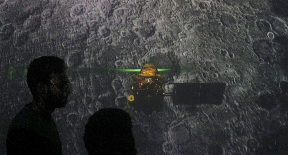 Estudantes em Mumbai observam a tentativa de pouso da sonda da missão Chandrayaan 2, em 7 de setembro de 2019