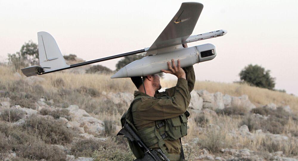 Soldado israelense prepara drone militar para lançar sobre a cidade de Hebron, na Cisjordânia, em 14 de junho de 2014 (imagem de arquivo)