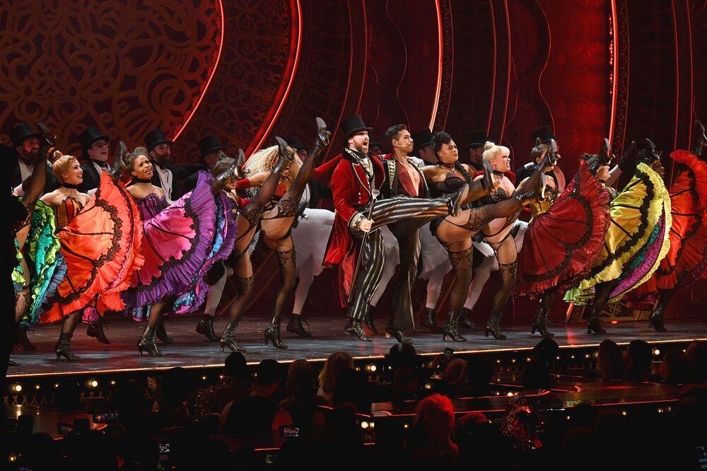 Performers dançam na passarela para o The Blonds x Moulin Rouge! The Musical durante a New York Fashion Week, em Nova York, EUA