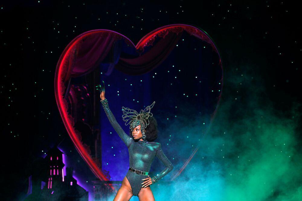 Modelo apresenta criação da coleção The Blonds Spring 2020 com a colaboração de Moulin Rouge! The Musical, em Nova York, EUA