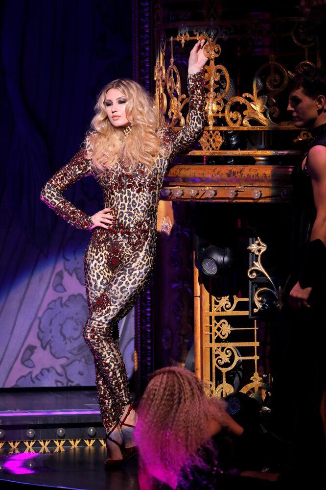 Modelo desfila com peças da coleção The Blonds Spring 2020 na New York Fashion Week em Nova York, EUA, 9 de setembro de 2019