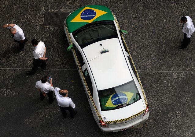 Taxi decorado com bandeira brasileira em São Paulo