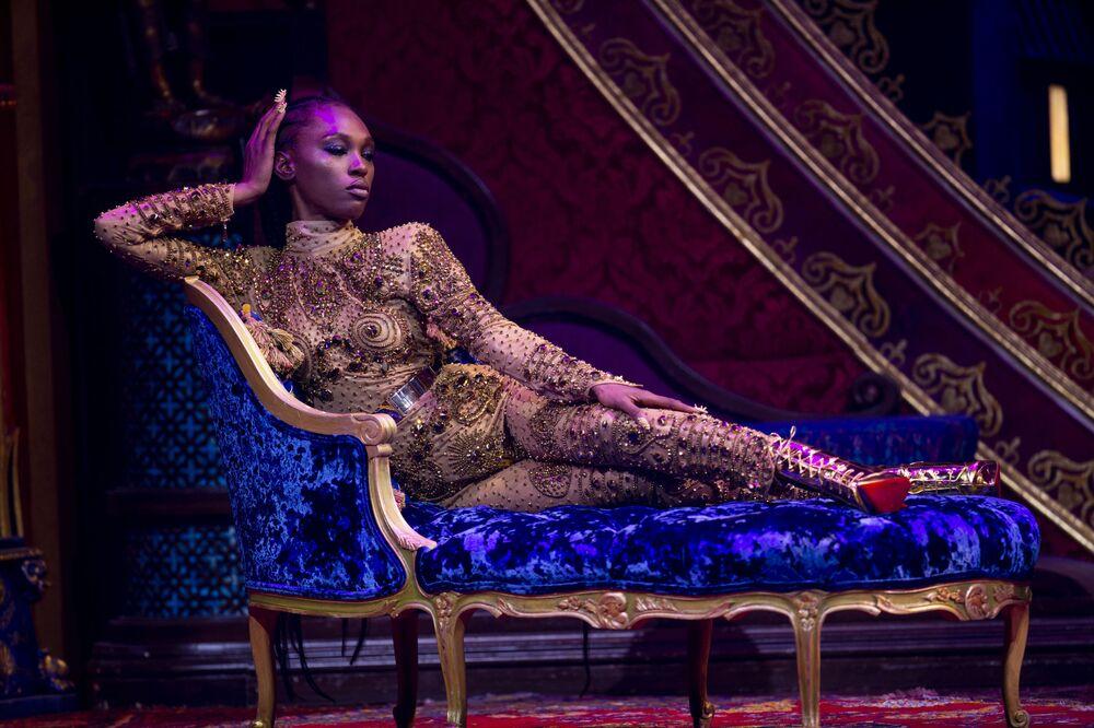 Modelo posa na passarela apresentando a nova coleção da The Blonds x Moulin Rouge! The Musical durante a New York Fashion Week, em 9 de setembro de 2019