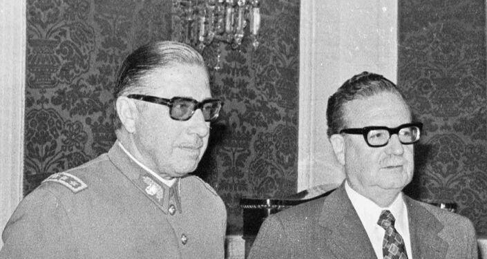 O então general-chefe do Exército, Augusto Pinochet, e o presidente Salvador Allende em foto de 23 de agosto de 1973.