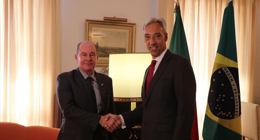 Ministro da Defesa do Brasil, general Fernando Azevedo (à esquerda) e o ministro da Defesa de Portugal, João Gomes Cravinho (à direita) durante reunião em Lisboa