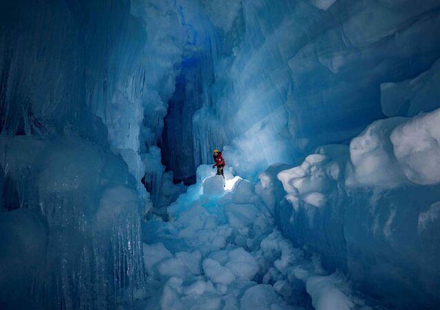 Caverna de três andares descoberta na Ilha Galindez, Antártida
