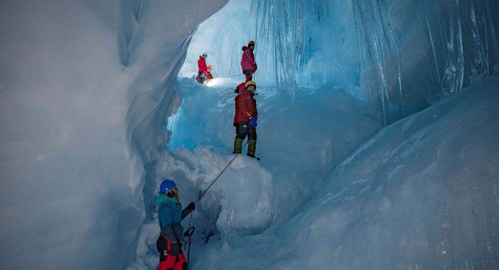 Caverna de três andares descoberta por exploradores da Expedição Antártida da Ucrânia (UAE) na Ilha Galindez, Antártida