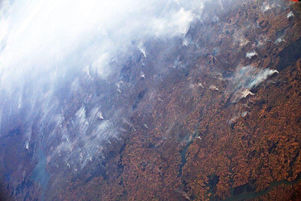 Fumaça, visível por milhares de quilômetros, causada por incêndios na floresta amazônica
