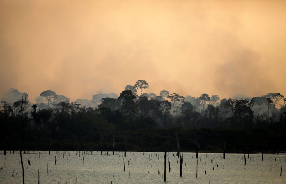 Fumaça durante incêndio em área da floresta amazônica em Itapuã do Oeste, no estado de Rondônia, Brasil, 11 de setembro de 2019