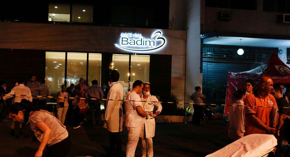 Enfermeiros reunidos em frente ao Hospital Badim, na Zona Norte do Rio de Janeiro, após um incêndio