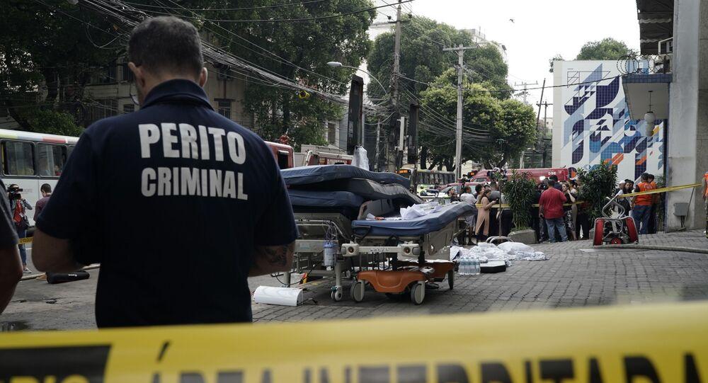 Perito criminal em frente ao Hospital Badim, na Zona Norte do Rio de Janeiro, após incêndio