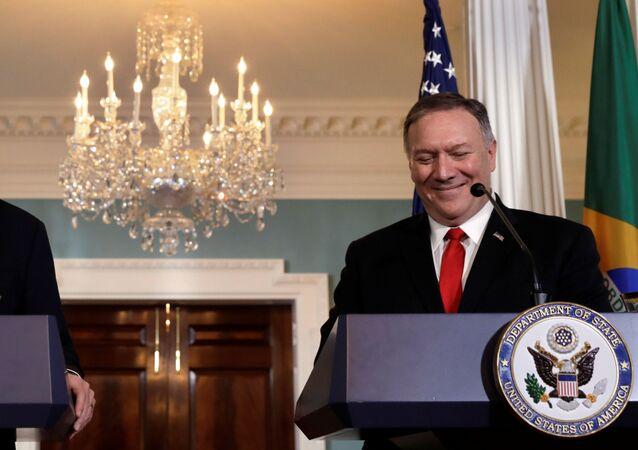 Chanceler brasileiro Ernesto Araújo participa de entrevista ao lado do secretário de Estado dos EUA, Mike Pompeo