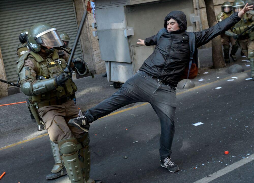 Confrontos de manifestantes com a polícia durante o comício dedicado ao 46º aniversário golpe de Estado militar liderado pelo general Augusto Pinochet, no Chile