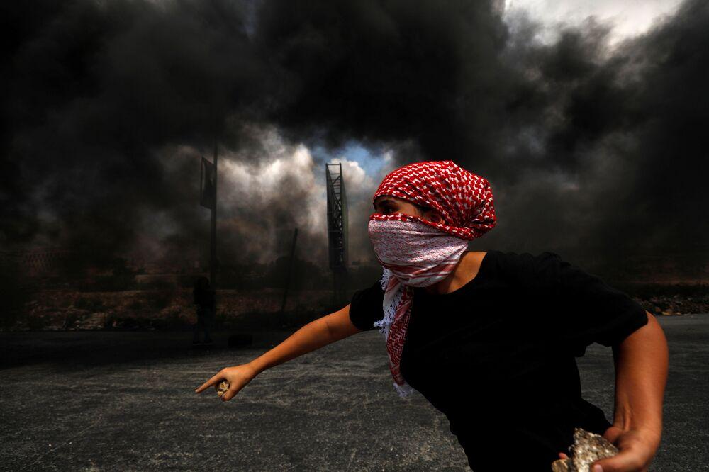 Manifestante palestino perto do assentamento judeu Beit El na Cisjordânia ocupada por Israel