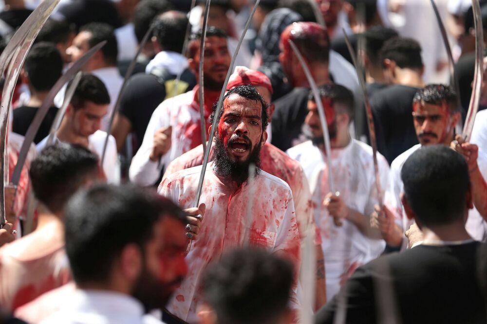 Muçulmano xiita em festa religiosa no Bahrain