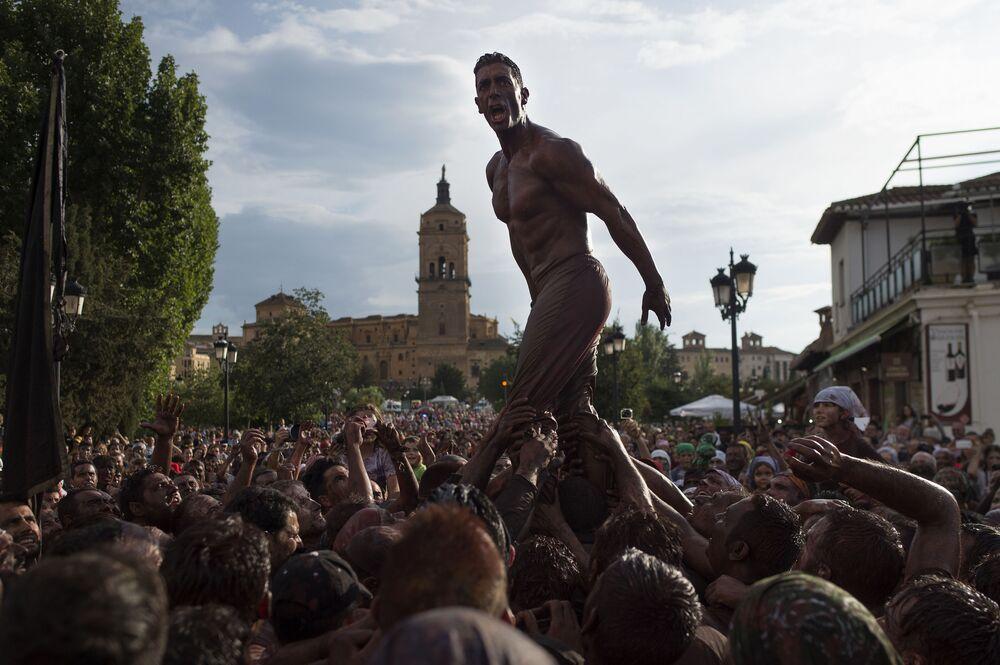 Participantes da festa Cascamorras, na Espanha
