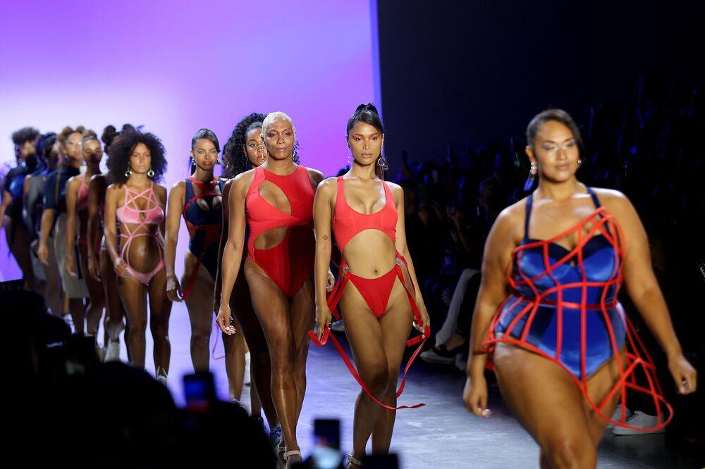 Modelos durante o desfile Chromat Spring/Summer 2020 na Semana da Moda em Nova York