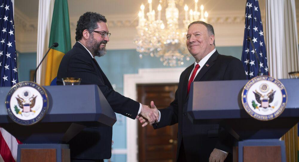 Chefes da diplomacia de Brasil e EUA, Ernesto Araújo e Mike Pompeo apertam as mãos durante coletiva de imprensa no Departamento de Estado norte-americano