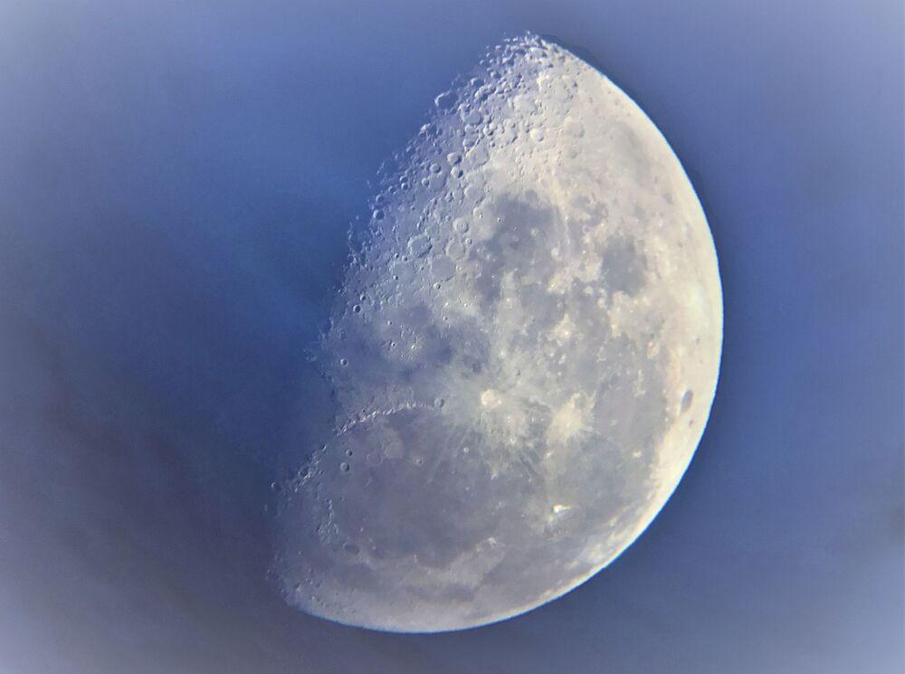 Fotografia tirada pelo fotógrafo britânico Casper Kentish, de 9 anos, altamente classificada na competição Insight Investment Astronomy Photographer of the Year 2019, mostra a Lua de perto