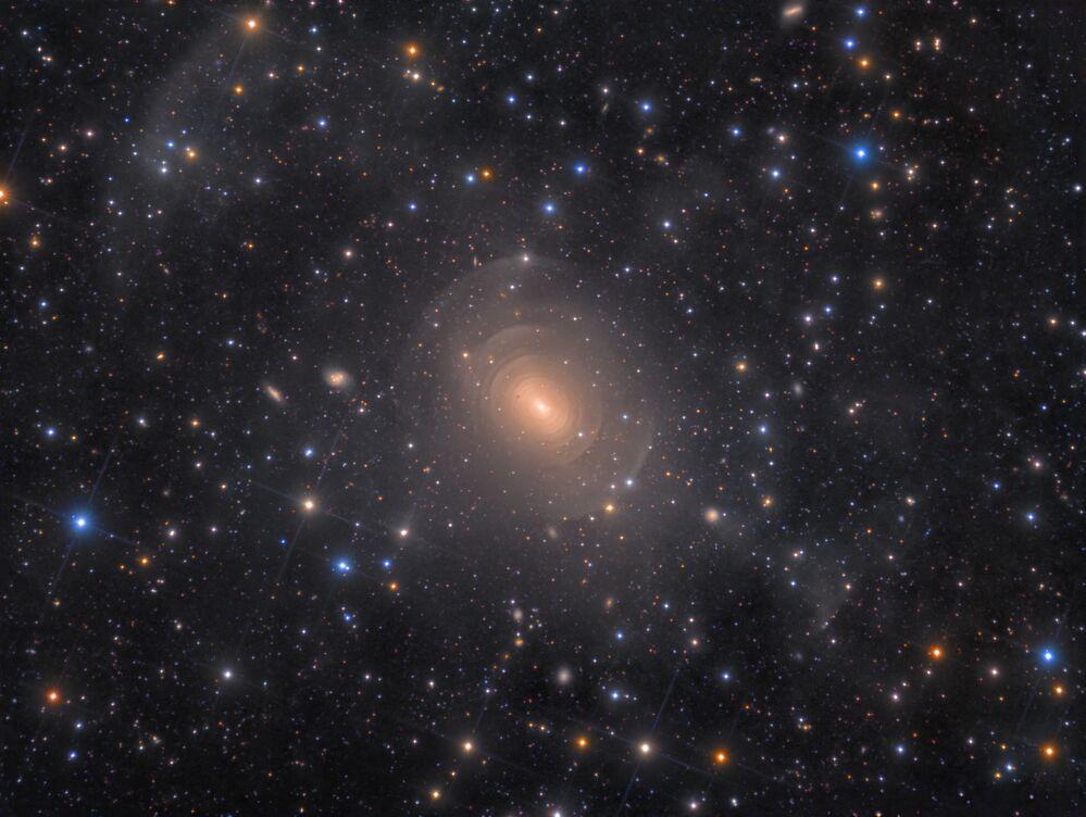 Foto, mostrando a galáxia elíptica NGC 3923, feita pelo fotógrafo dinamarquês Rolf Wahl Olsen, que ganhou o 1º lugar na categoria Galáxias, da competição Insight Investment Astronomy Photographer of the Year 2019
