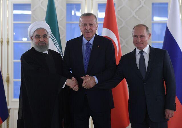 Hassan Rouhani (presiente do Irã), Recep Tayyip Erdogan (presidente da Turquia) e Vladimir Putin (presidente da Rússia) durante cúpula tripartida
