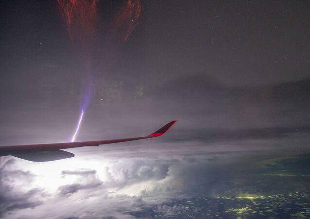 NASA revela foto deslumbrante de raro relâmpago na asa de avião