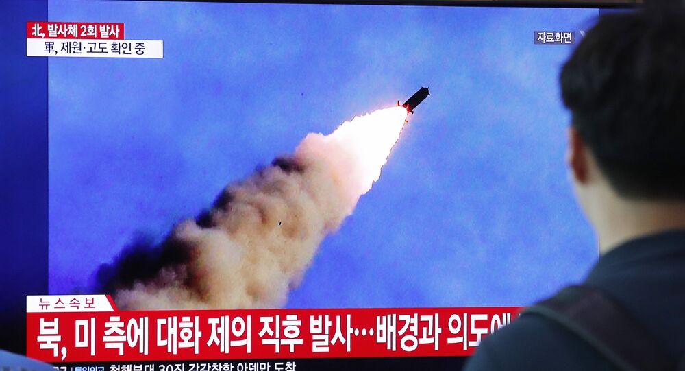 TV na Coreia do Sul mostra teste de mísseis realizado pela Coreia do Norte (arquivo)