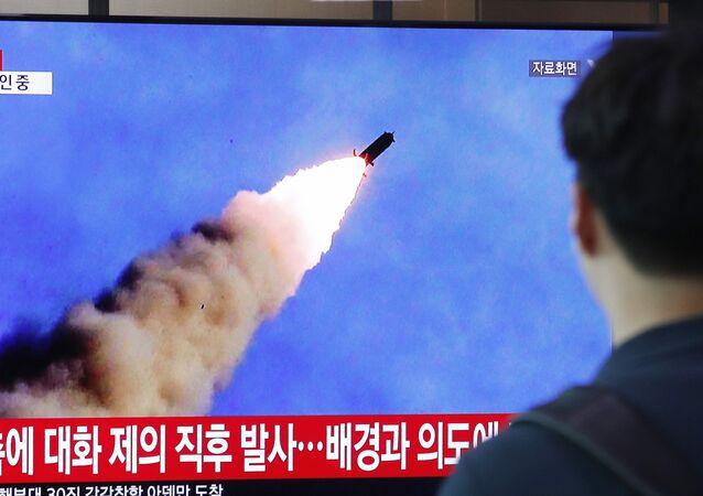 Pessoa assistindo a programa de TV na Coreia do Sul, que mostra os testes de mísseis norte-coreanos, em 10 de Setembro de 2019