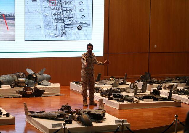 Porta-voz do Ministério da Defesa, coronel Turki Al-Malik mostra destroços de míssil que atingiu as refinarias sauditas.