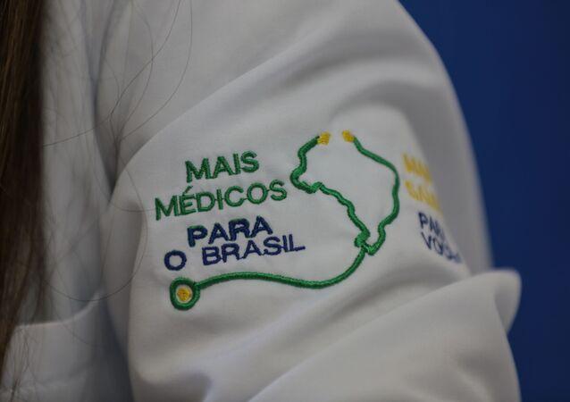 Detalhe de jaleco de médica do programa Mais Médicos