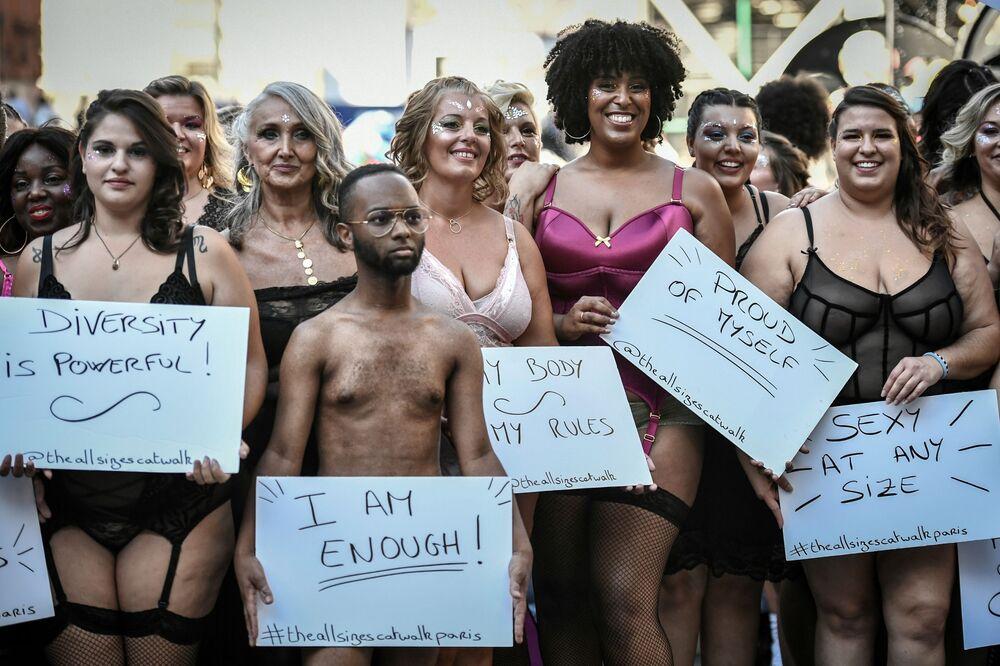 Modelos durante o evento The All Sizes Catwalk Show em Paris, em 15 de setembro de 2019