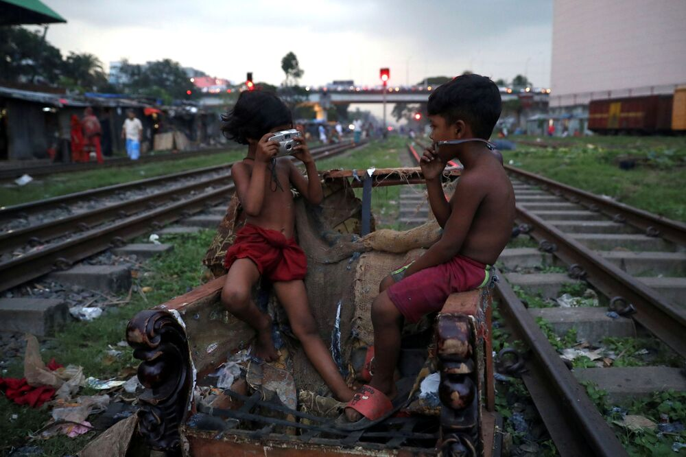 Crianças brincam com câmera quebrada em Daca, Bangladesh, 16 de setembro de 2019