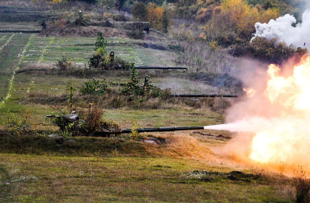 Tanque T-72 no polígono de treinamento na região russa de Kemerovo, durante exercício militar