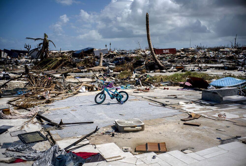 Bicicleta em meio às ruínas de uma casa destruída pelo furacão Dorian, nas ilhas Ábaco, Bahamas, 17 de setembro de 2019