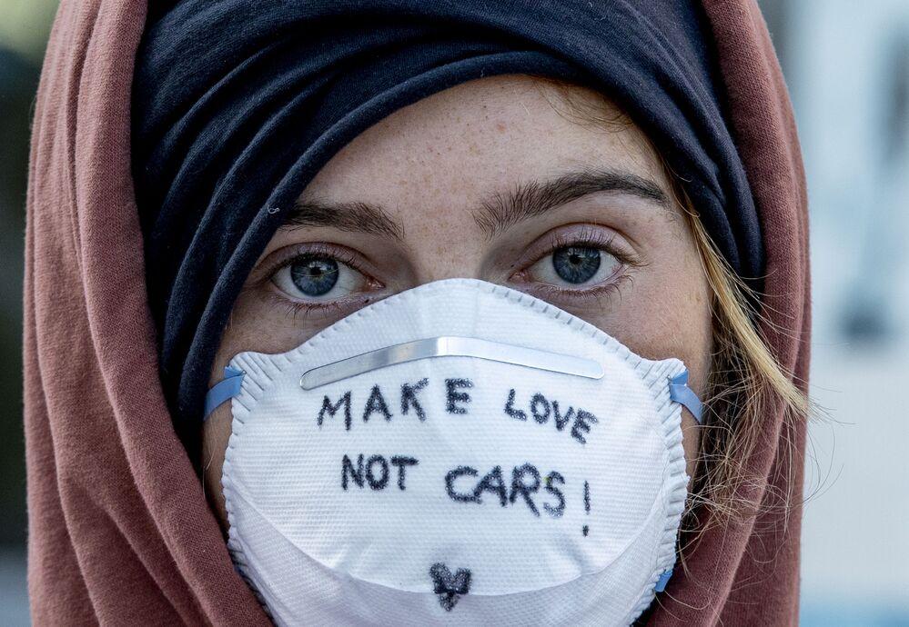 Ativista mascarada protesta contra feira automotiva em Frankfurt, Alemanha, 15 de setembro de 2019