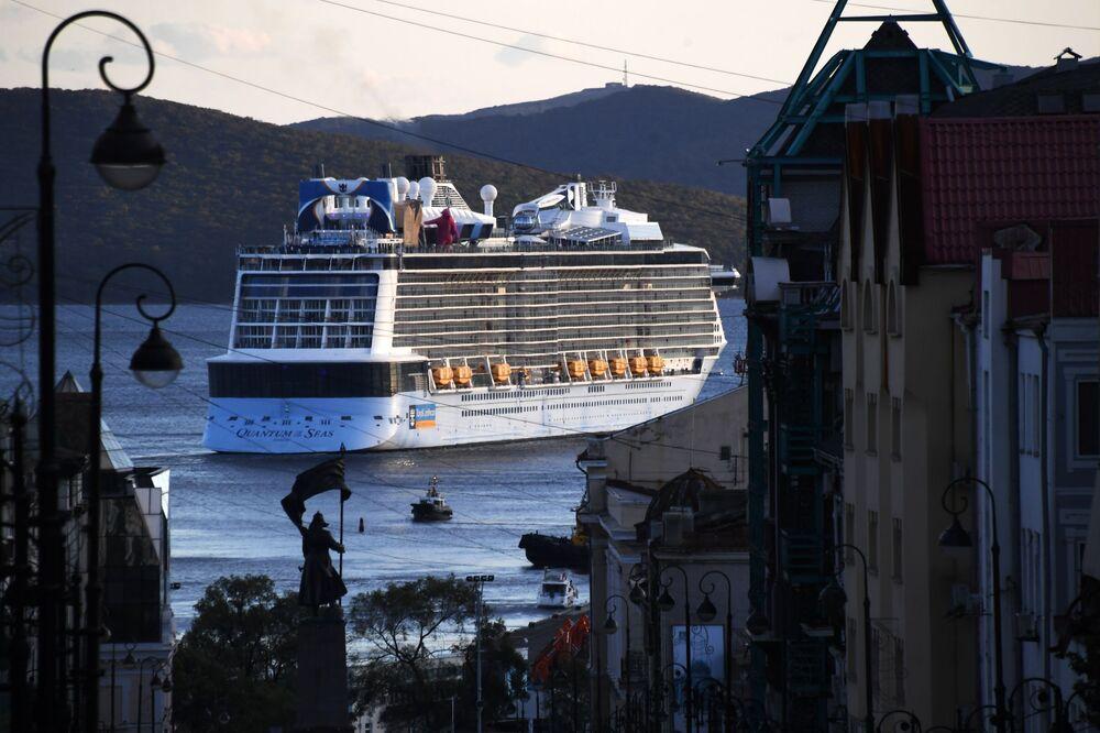 Navio de cruzeiro Quantum of the Seas no porto de Vladivostok, na Rússia