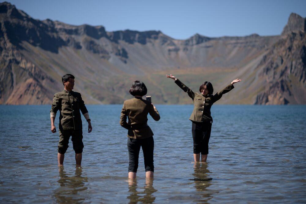 Estudantes norte-coreanas no lago Chonji, perto do vulcão Monte Paektu, na Coreia do Norte, 11 de setembro de 2019