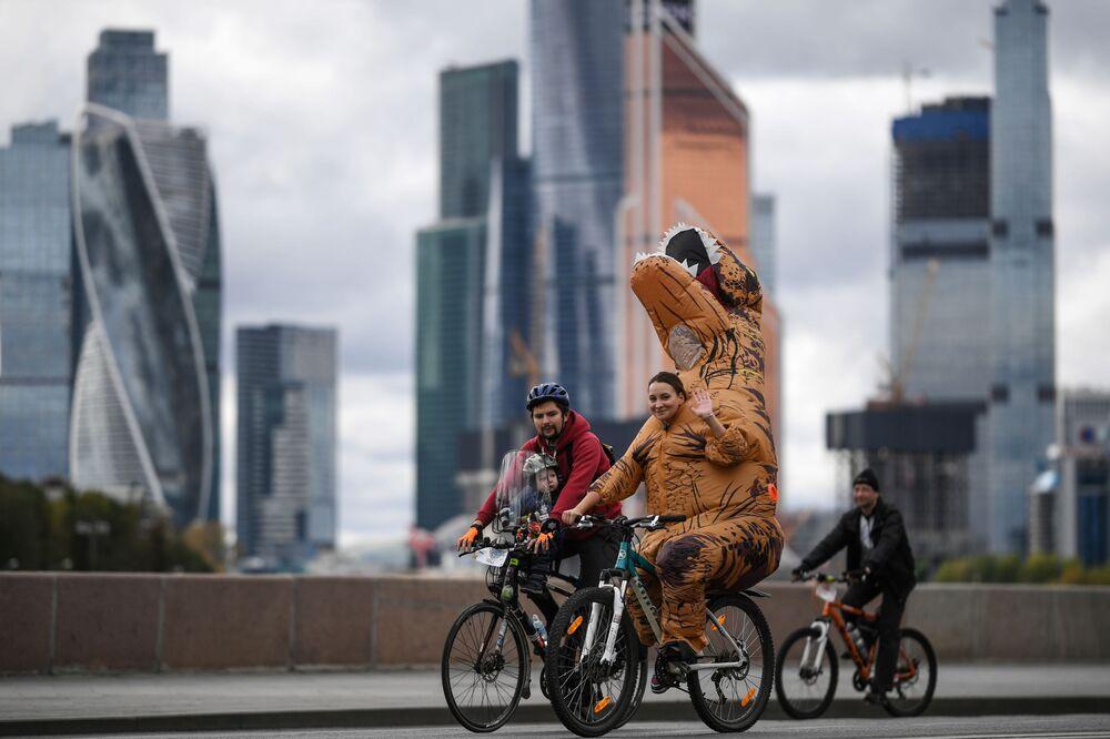 Russos participam de festival de ciclismo em Moscou, Rússia