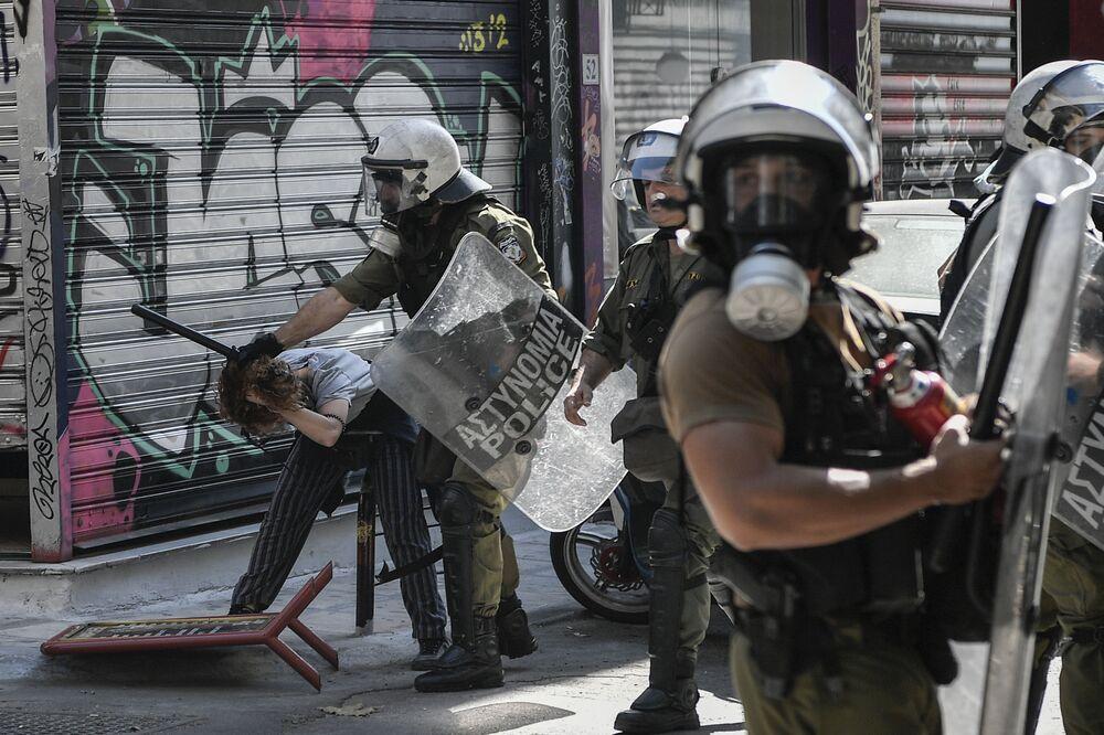 Manifestante sendo detido durante manifestação em Atenas, Grécia, em 14 de setembro de 2019