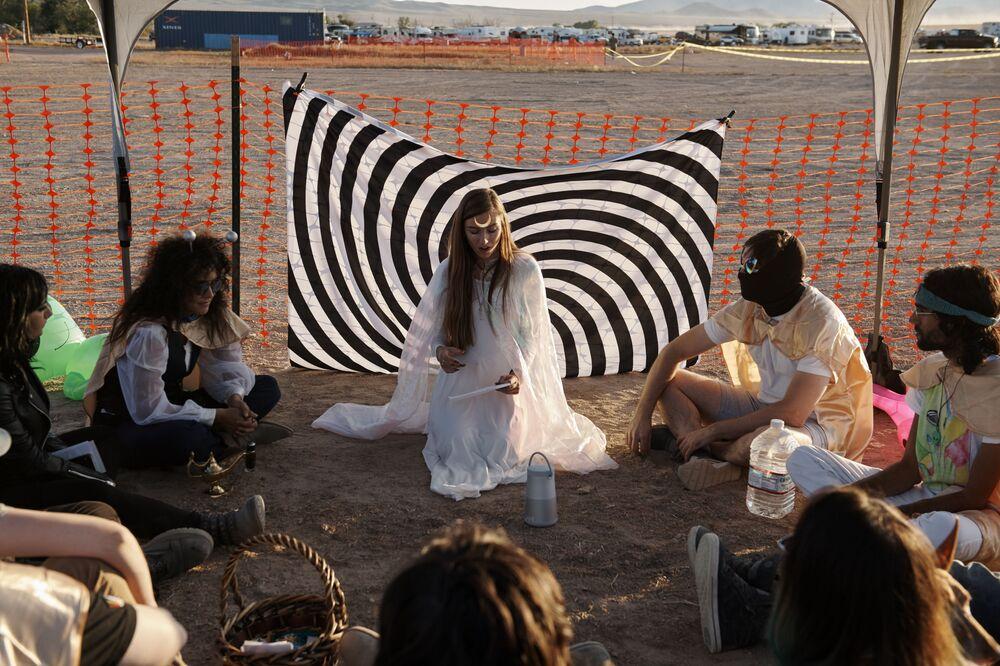 Participantes da invasão da Área 51 durante uma discussão sobre telepatia, em Nevada