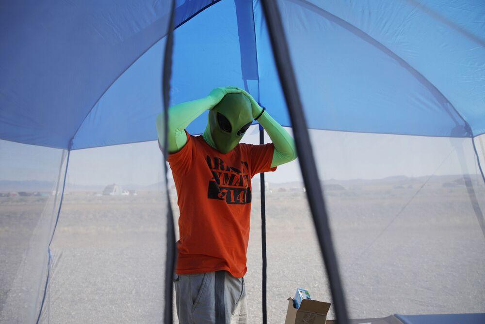 Participante do evento Invasão da Área 51 com máscara alienígena, em Nevada