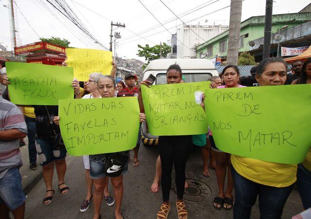 Manifestantes pedem justiça para a menina Ágatha Félix, morta no Complexo do Alemão, no Rio de Janeiro