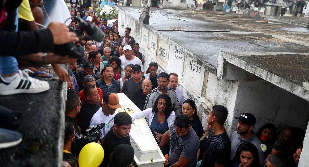 Amigos e familiares enterram o corpo de Agatha, menina de 8 anos atingida por um tiro nas costas no Complexo do Alemão