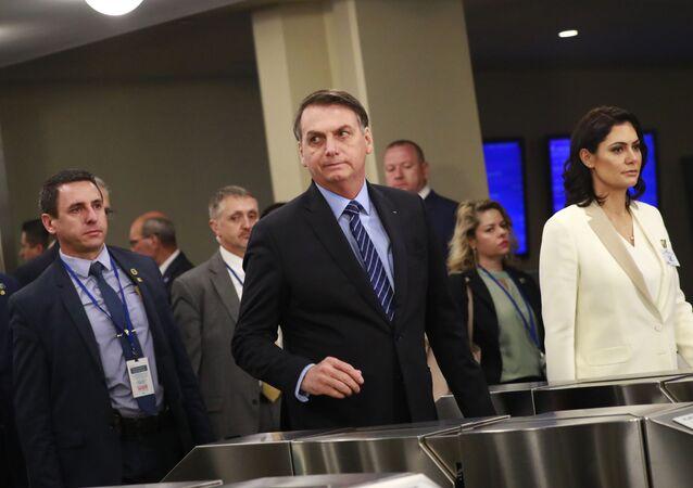 O presidente do Brasil, Jair Bolsonaro, chega à 74ª Assembleia Geral da Organização das Nações Unidas (ONU), ao lado de sua esposa, Michelle Bolsonaro, no dia 24 de setembro de 2019.